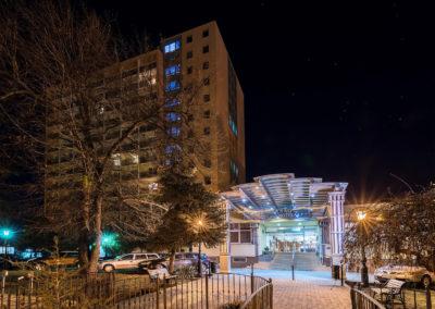 Éjszakai fotó az utcáról kivilágított hotelről