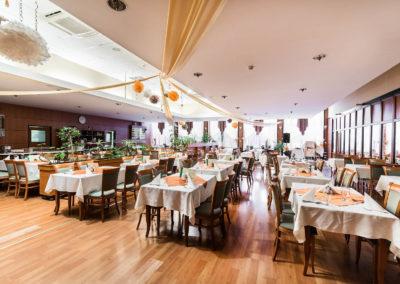 Étterem terített asztalokkal díszítve