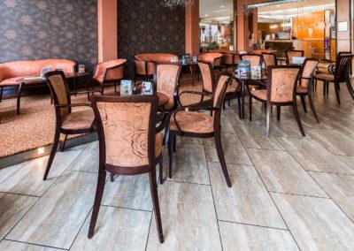 Tiffany bár asztalai háttérben a recepcióval