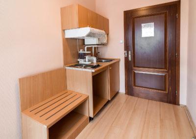 Manager apartman konyhája a bejárat mellett