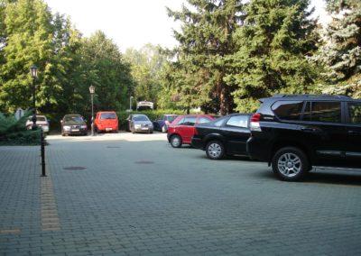 Hotel előterében található parkoló autókkal
