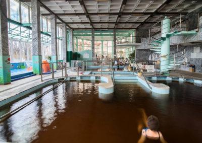 Gyógyvizes medencéből fotózva a csarnok