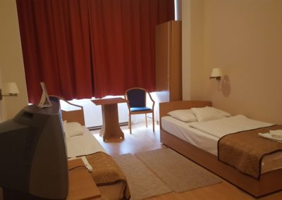 Akadálymentes szoba hálórésze külön ágyakkal