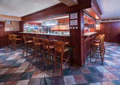 U-pub pult bárszékekkel