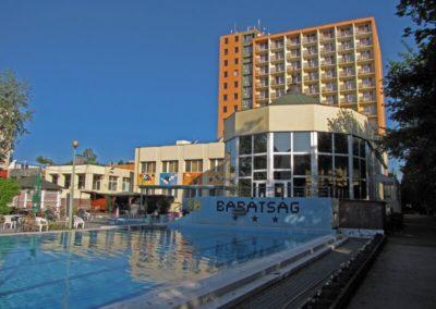 Úszómedence háttérben a hotel épülettel