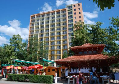Sétányról fotózott nyári kép az épületről pagodával