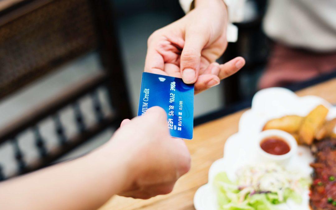 Bankkártyával fizet a férfi